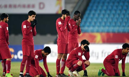 Cầu thủ Qatar thất thần sau khi thua Việt Nam ở bán kết.
