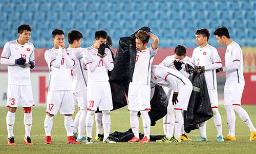Thời tiết lạnh giá là thử thách quan trọng nhất với các cầu thủ Việt Nam trong trận chung kết. Ảnh: Anh Khoa.
