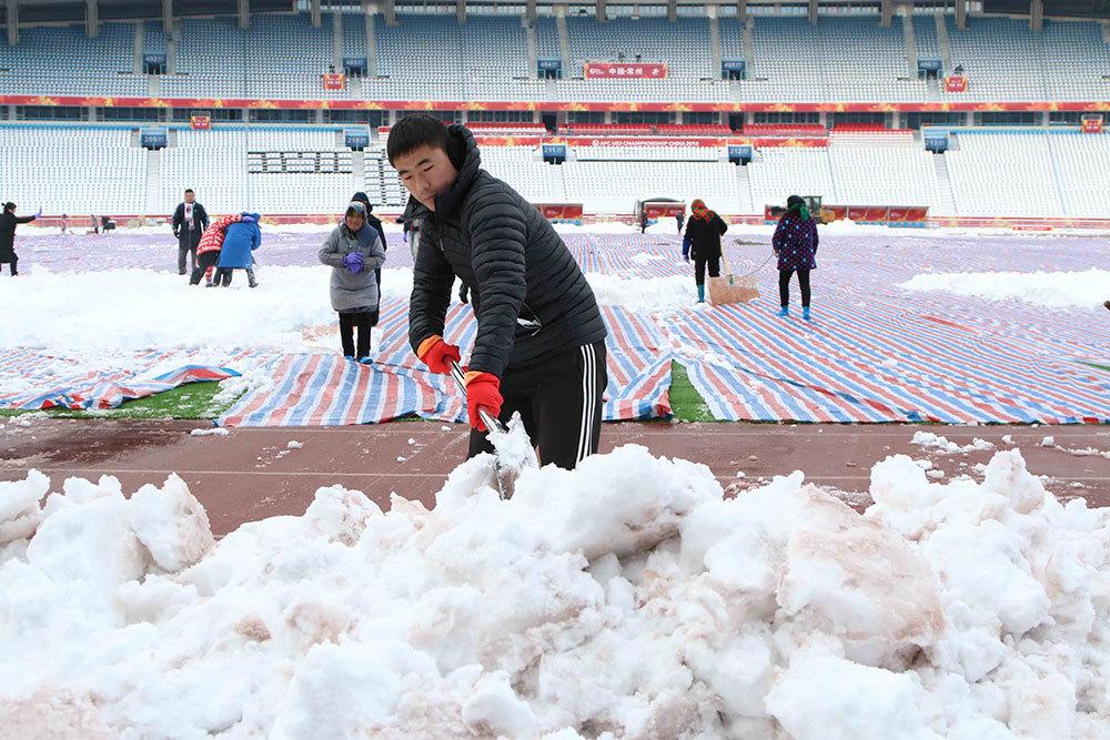 Tuyết ngừng rơi, sân Thường Châu được dọn dẹp chờ chung kết U23