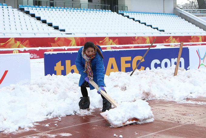 Tuyết ngừng rơi, sân Thường Châu được dọn dẹp chờ chung kết U23 - ảnh thể thao