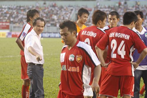 Bầu Đức là người mạnh tay trong việc đầu tư cho bóng đá, thậm chí chi không ít tiền để có những ngôi sao như Kiatisuk, Lee Nguyễn...Ảnh:Đông Huyền.
