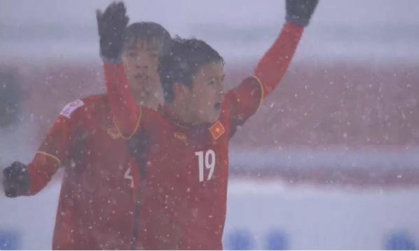 Hình ảnh chiến đấu ngoan cường của các cầu thủ áo đỏ đã khơi dậy cảm hứng cho hàng triệu cổ động viên Việt Nam.