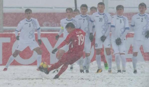 Cú đá phạt tạo nên Cầu vồng dưới tuyết của Quang Hải.