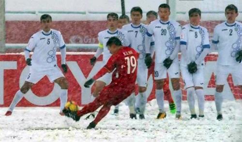 Pha sút phạt đẹp mắt của Quang Hải vào lưới Uzbekistan.