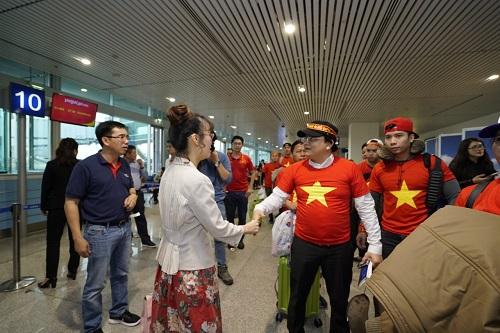 Bà Nguyễn Thị Phương Thảo, Tổng Giám đốc hãng ra sân bay tiễn đoàn cổ động viên Việt Nam lên đường sang Trung Quốc. (ảnh bị kéo giãn)