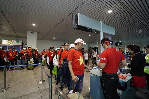 Các cổ động viên sẵn sàng hòa nhịp cùng các tuyển thủ U23 Việt Nam trong trận chung kết.