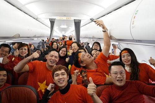 Các tín đồ bóng đá nước nhà cổ vũ ngay trên máy bay.