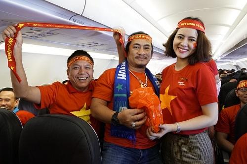 Trên chuyến bay, các cổ động viên đã hát, giao lưu, nhận quà tặng là áo thun mang màu cờ sắc áo Việt Nam.