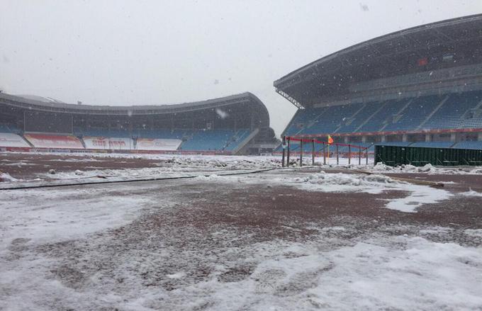 Tuyết phủ trắng sân diễn ra chung kết Việt Nam - Uzbekistan - ảnh thể thao