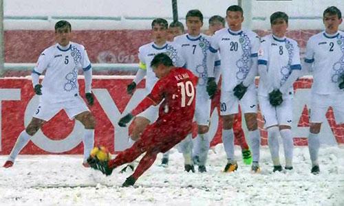 Quang Hải tung cú sút phạt thần sầu gỡ hoà 1-1 cho U23 Việt Nam.