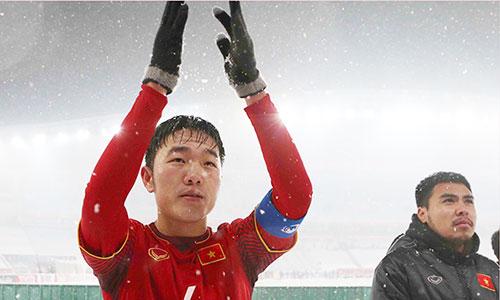 Xuân Trường vẫy tay cám ơn người hâm mộ sau trận thua trên sân Thường Châu. Ảnh: Anh Khoa.