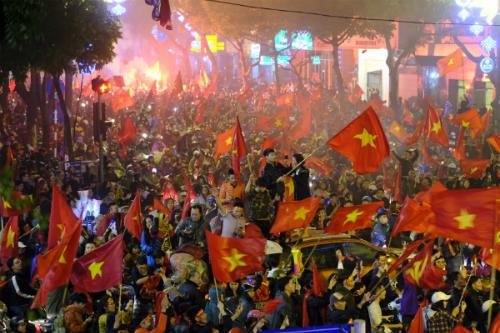 Người dânvẫn xuống đường ăn mừng sau thất bại trước Uzbekistan ở chung kết. Ảnh: Tuấn Hưng.