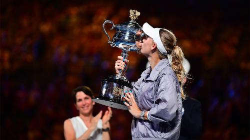 Tay vợt 27 tuổi hôn lên danh hiệu Grand Slam đầu tiên năm 2018. Ảnh: Tennis Australia.
