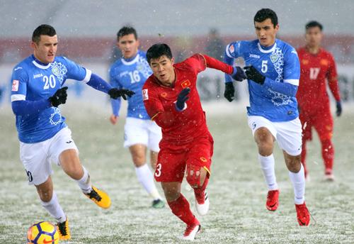 Việt Nam chiến đấu quật cường và chỉ chịu thua sát nút 1-2 trước Uzbekistan. Ảnh: Anh Khoa