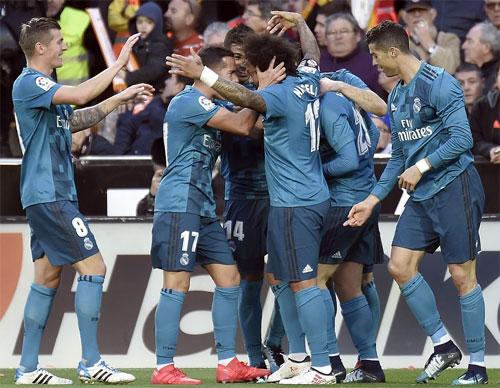 Đồng đội chúc mừng Marcelo sau bàn thắng đẹp mắt.