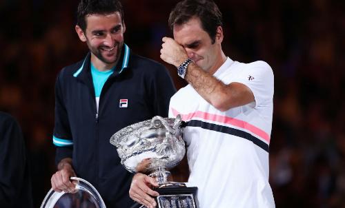 Federer bật khóc như đứa trẻ với Grand Slam thứ 20, dù anh vẫn chưa thể lấy lại ngôi số một thế giới của Nadal. Ảnh: AFP.