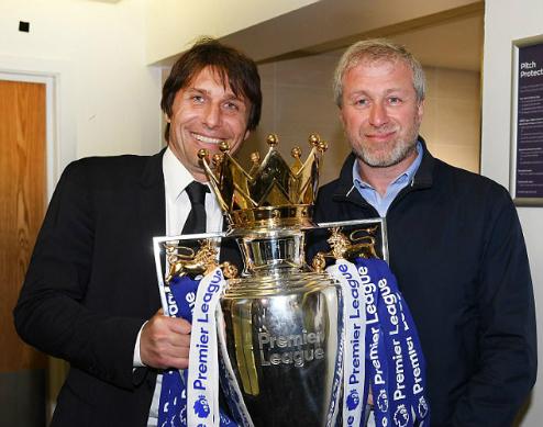 Conte và ông chủ Abramovich trong khoảnh khắc vô địch Ngoại hạng Anh. Ảnh:AFP.