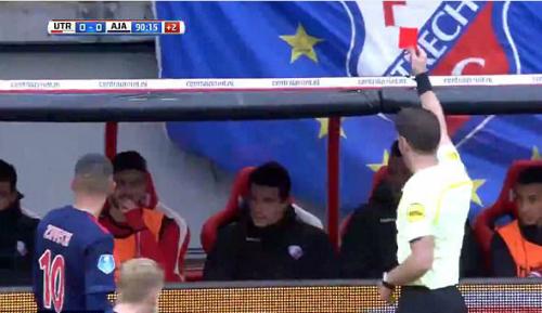 Trọng tài đuổi cầu thủ khỏi ghế dự bị vì lỗi câu giờ.
