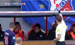 Cầu thủ nhận thẻ đỏ vì cướp bóng từ ghế dự bị