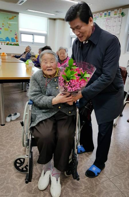 Anh trai của HLV Park cũng đến thăm mẹ. Ảnh: Yonhap News.