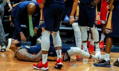 DeMarcus Cousins (nằm sân) dính chấn thương nặng, lỡ hẹn với trận All-Star phiên bản mới. Ảnh: Slam Online.