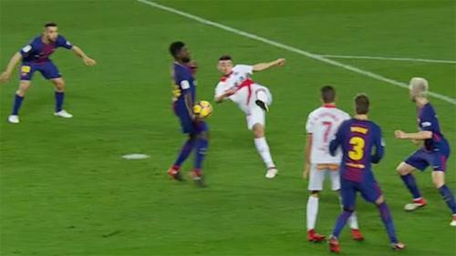 Cầu thủ Alaves sút vô lê trúng tay Umtiti trong vòng cấm.