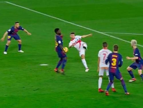 Umtiti để bóng chạm tay trong vòng cấm ở trận Barca - Alaves.