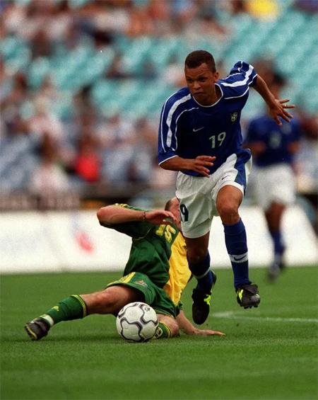 Warley (phải) thi đấu cho tuyển Brazil vào năm 1999.