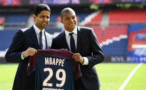 Mbappe (phải) từ chối Real để đến với PSG. Ảnh: Reuters