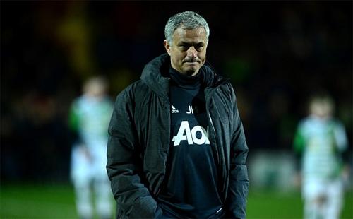 Mourinho thường mang vẻ lạnh lùng trên sân cỏ. Ảnh: Reuters