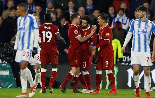 Đồng đội chia vui cùng Salah sau bàn ấn định tỷ số. Tiền đạo người Ai Cập ghi dấu giày vào 25 bàn ở Ngoại Hạng Anh mùa này bao gồm 19 pha lập công và sáu kiến tạo. Ảnh:Reuters.