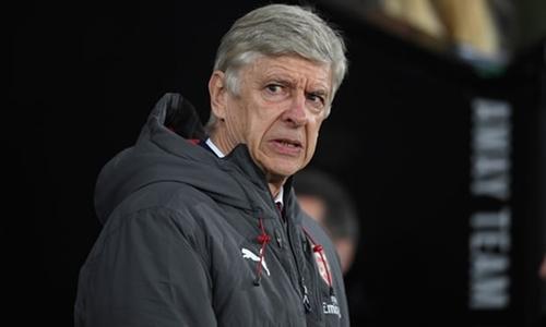 Wenger tức giận với các học trò ở hàng thủ. Ảnh: PA.