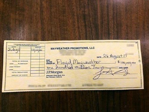 Tấm séc trị giá 100 triệu đôla được Mayweather khoe trên mạng xã hội.