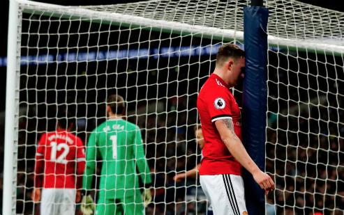 Phil Jones gục đầu sau khi đá phản lưới nhà. Ảnh:AFP.