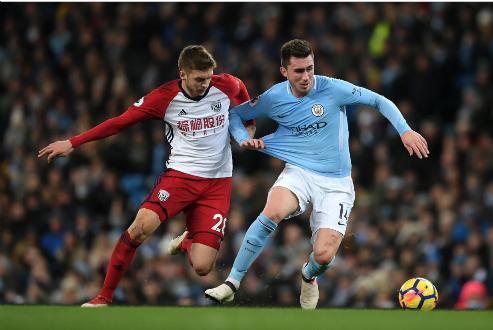 Laporte (phải) ra mắt thuận lợi trong màu áo Man City. Ảnh:Reuters.