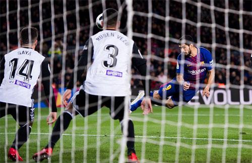 Luis Suarez bay người đánh đầu ghi bàn duy nhất. Ảnh: Reuters