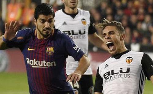 Suarez và Paulista(phải) trong một pha tranh bóng. Ảnh: Marca