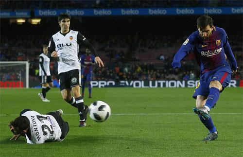 Hàng thủ Valencia thi đấu lăn xả để ngăn Messi và đồng đội.