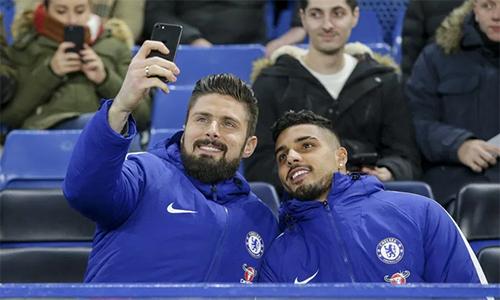 Các nhà chuyên môn như Neville không tin Giroud và Palmieri có thể nâng tầm Chelsea. Ảnh: AFP.