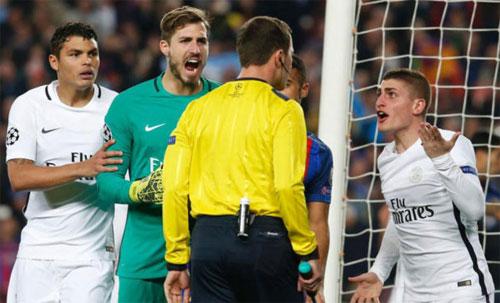 Các cầu thủ PSG phản ứng với trọng tài Aytekin trong trận lượt về mùa trước. Ảnh: Reuters