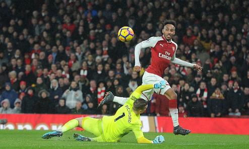 Aubameyang ghi bàn ở trận ra mắt Arsenal. Ảnh:DM.