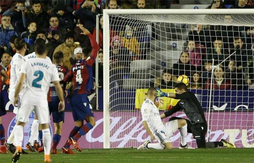 Thủ môn Oier không kịp ngăn cú đánh đầu của Ramos do bị Benzema làm mất tập trung.