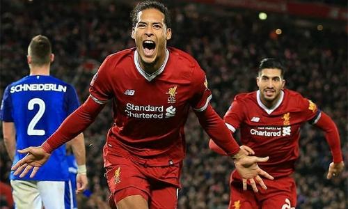 Van Dijk giúp Liverpool tăng cường khả năng phòng ngự chống bóng bổng, và có thêm một chuyên gia phát động tấn công bằng các đường chuyền dài. Nhưng như thế, theo Hamann, là chưa đủ. Ảnh: AP.