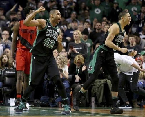 Al Horford (số 42) phấn khích sau khi ghi những điểm quyết định cho Celtics. Ảnh: Oregon.