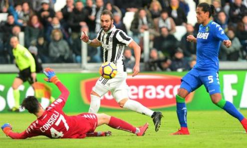 Higuain và Juventus tiếp tục cuộc rượt đuổi với Napoli. Ảnh:Reuters.