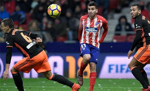 Correa (giữa) ghi bàn quan trọng cho Atletico. Ảnh: DS