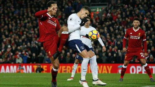 Van Dijk phạm lỗi khiến Liverpool đánh rơi hai điểm đúng phút cuối. Ảnh: Reuters.