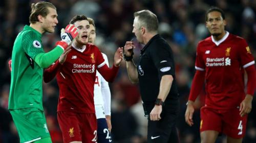 Cầu thủ Liverpool phản ứng trọng tài. Ảnh:Reuters.