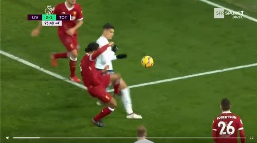 Đã có tác động từ Van Dijk với Lamela ở quả penalty thứ hai.