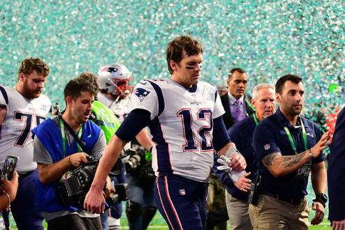 Tom Brady bỏ vào đường hầm ngay sau khi trận đấu kết thúc. Ảnh:NYT.
